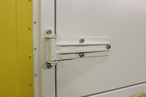 Фото крепления петли к двери блок-контейнера ББН.4-6-0004