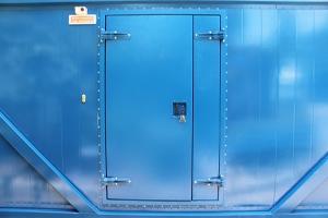 Фото металлической двери контейнера для ДГУ