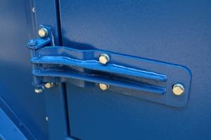 Фотография металлической дверной петли контейнера для ДГУ