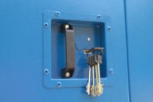 Фото замка установленного на металлическую дверь