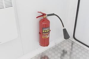 Фотография огнетушителя установленного в контейнере для ДГУ
