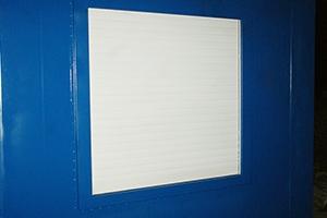 Фотография окна с ролл-ставней контейнера для ДГУ
