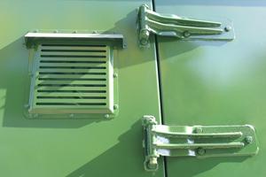 Фотография вентиляционной решетки и дверных петель