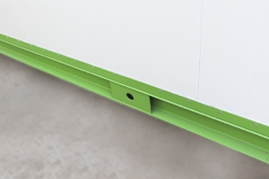 Фотография отверстия для ввода кабеля металлического контейнера