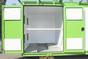 Фото металлических дверей контейнера в открытом виде