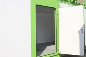 Металлическая дверь контейнера в открытом виде