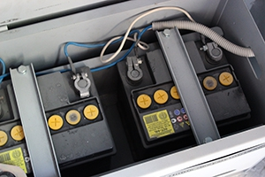 Фото аккумуляторов в металлическом ящике