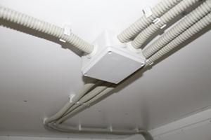 Фото проложения кабелей под потолком