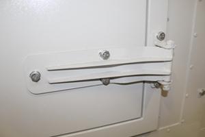Фотография металлической дверной петли