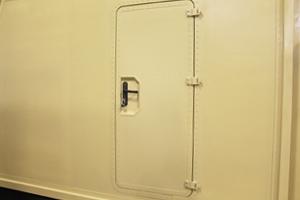 Входная металлическая дверь контейнера